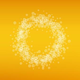 Piwo lager. tło z odrobiną rzemiosła. pianka oktoberfest. bawarski kufel piwa z realistycznymi bąbelkami. chłodny płynny napój do restauracji. wygląd złotego menu. złoty kubek na tle piwa.