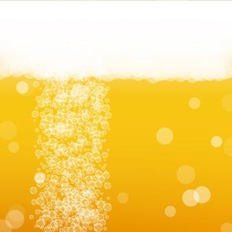 Piwo lager. tło z odrobiną rzemiosła. pianka oktoberfest. czeski kufel piwa z realistycznymi bąbelkami. chłodny płynny napój dla pab. pomarańczowy układ menu. złoty dzbanek na tle piwa.