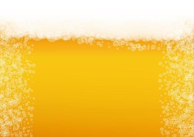 Piwo lager. tło z pluskiem rzemiosła. pianka oktoberfest. pieniony kufel piwa z realistycznymi białymi bąbelkami.