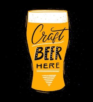 Piwo rzemieślnicze tutaj plakat pubu lub browaru z napisem odręcznym i ilustracją różowego szkła na czarno