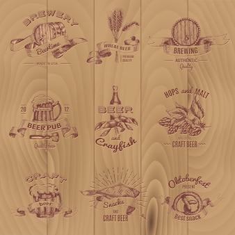 Piwo vintage design emblematy pubów, sklepu i browarów na drewnianym