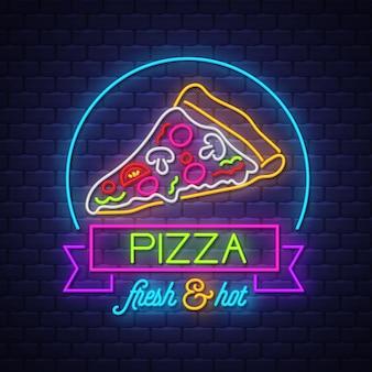 Pizza neonowy znaka wektor na ściana z cegieł tle