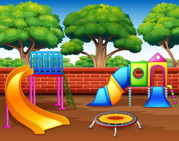 Plac zabaw dla dzieci ze zjeżdżalniami w parku