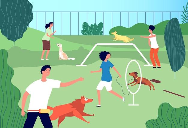 Plac zabaw dla zwierząt. śmieszne psy domowe, zajęcia dla mężczyzn. właściciele szczeniąt biegają i trenują. społeczność miłośników zwierząt