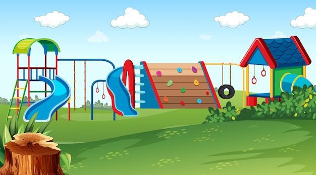 Plac zabaw w parku sceny z wyposażeniem