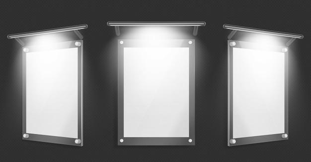 Plakat akrylowy, pusta szklana ramka z oświetleniem wisi na ścianie na białym tle na czarnym tle