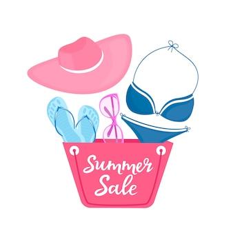 Plakat letniej wyprzedaży z torbą plażową, kostiumem kąpielowym, okularami przeciwsłonecznymi, kapeluszem i kapciami.