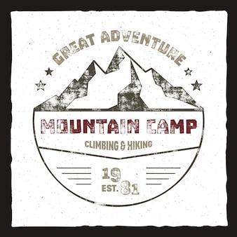 Plakat obozu górskiego. logo przygody na świeżym powietrzu, kolory retro. projekt graficzny nadruku, szablon koszulki drukuje. wzór etykiety, wektor.