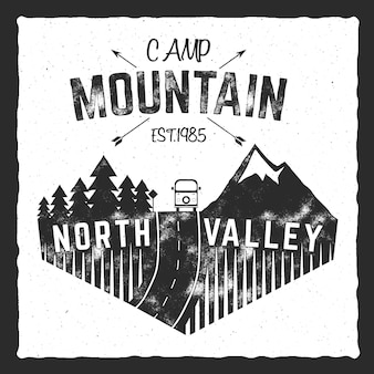 Plakat obozu górskiego. znak north valley z przyczepą kempingową. klasyczny design. logo przygody na świeżym powietrzu, kolory retro. projekt graficzny nadruku, szablon koszulki drukuje. wzór etykiety, wektor.