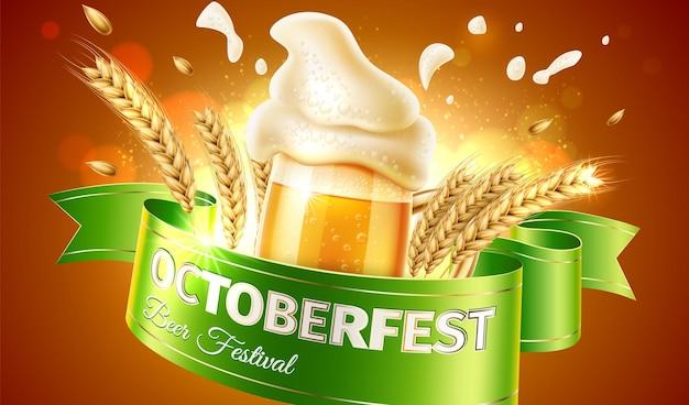 Plakat oktoberfest z realistyczną szklanką do piwa z chlapiącą pianą i pszenicznymi uszami oraz wstążkową flagą