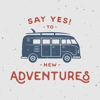 Plakat retro w stylu vintage z deską surfingową hipisa i cytatem z podróży powiedz tak nowym przygodom