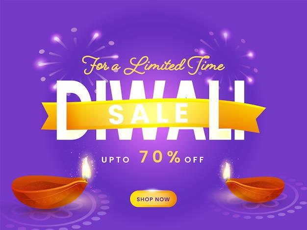 Plakat sprzedaży diwali z ofertą rabatową i podświetlanymi lampami naftowymi (diya) na fioletowym tle fajerwerków.