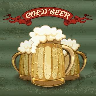Plakat w stylu retro na zimne piwo z trzema kuflami lub kuflami złotego piwa oszronionego kroplami kondensacji z dobrymi główkami białej piany na teksturowanej ilustracji w paski