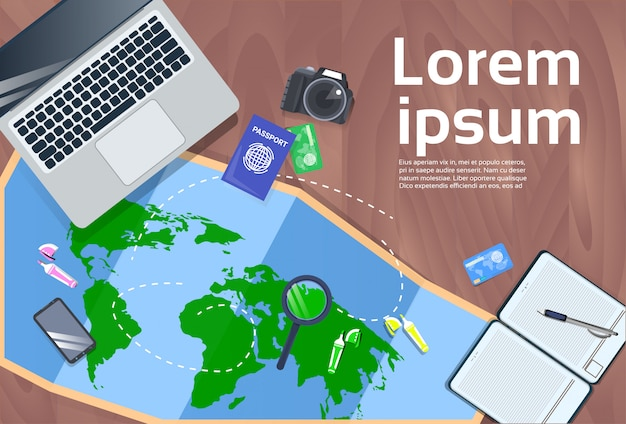 Planowanie wakacje i podróży koncepcja pulpit z laptopa, mapę, aparat fotograficzny i paszport widok z góry