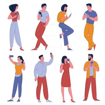 Płaska konstrukcja zestaw znaków mężczyzny i kobiety ze smartfonów. ludzie z postaciami z kreskówek telefonów komórkowych na białym tle.