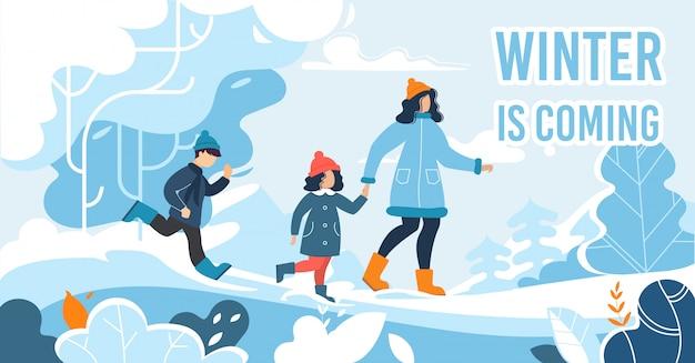 Płaski plakat z śnieżnym lasem i szczęśliwą rodziną