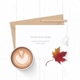 Płaski świecki widok z góry elegancka biała kompozycja listu kraft papierowa koperta ołówek gumka jesienny liść klonu i kawa na drewnianym tle.