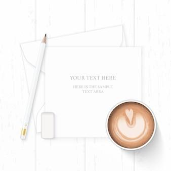Płaski świecki widok z góry elegancka biała kompozycja papieru koperta z gumką do mazania i kawa na drewnianym tle.