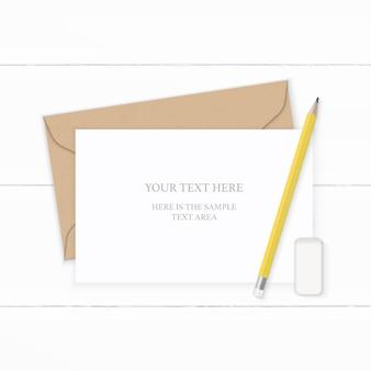 Płaski świecki widok z góry elegancka biała kompozycja z papieru pakowego koperta żółty ołówek i gumka na drewnianym tle.