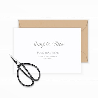Płaski widok z góry elegancka biała kompozycja koperty z papieru pakowego i vintage metalowe nożyczki na drewnianym tle.