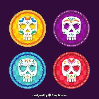 Płaski zestaw czterech kolorowych czaszek meksykańskich