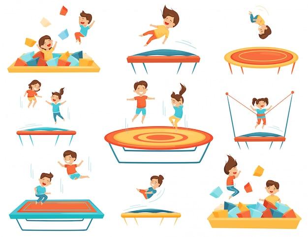 Płaski zestaw dzieci skaczących na trampolinach i bawiących się w basenie z miękkimi kostkami paralonu. wypoczynek dla dzieci