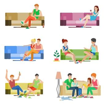 Płaski zestaw ludzi młodych pięknych ludzi siedzi na kanapie. chłopiec dziewczyna para przyjaciele rodzina relaks salon divan wino piwo. kreatywna kolekcja ludzi.