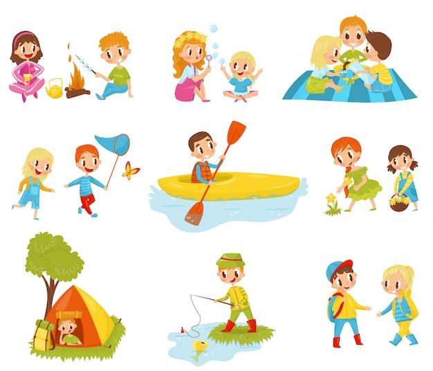 Płaski zestaw małych dzieci wykonujących różne czynności. wędkarstwo, gotowanie ptasie mleczko w ogniu, zbieranie kwiatów, spływy kajakowe, łapanie motyla