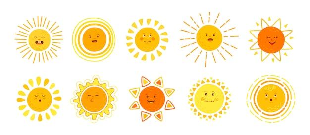 Płaski zestaw słońca. ręcznie rysowane słodkie słońca. kolekcja zabawnych żółtych dziecinnych słonecznych emotikonów. uśmiechnięte słońce z postać z kreskówki promienie słoneczne. emotikony letnie emoji. na białym tle ilustracja białe tło