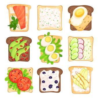 Płaski zestaw tostów kromki chleba z różnymi składnikami. kanapki z warzywami, jagodami, jajkami i twarogiem. zdrowe przekąski