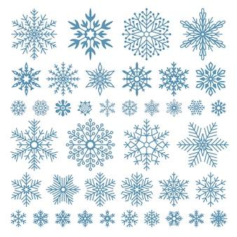 Płaskie płatki śniegu. zimowe kryształy śnieżynki, świąteczne kształty śniegu i matowe chłód