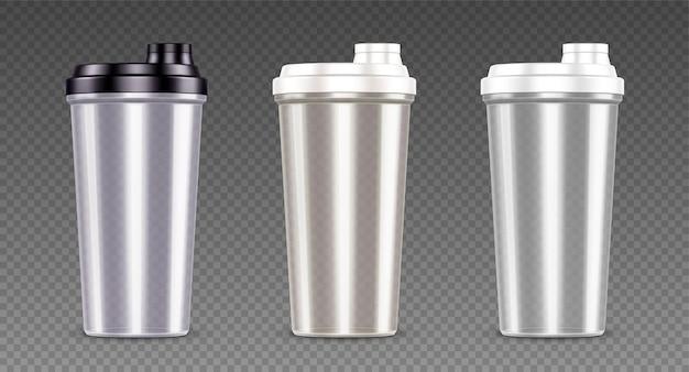 Plastikowa butelka na napój sportowy shake proteinowy i puste przezroczyste kubki z serwatką z czarno-białymi pokrywkami