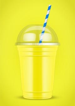 Plastikowy kubek z smoothie i tubką.