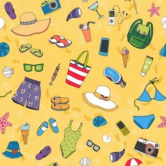 Plaża bez szwu wektor wzór z rozproszonymi letnimi ikonami, takimi jak kapelusze przeciwsłoneczne, stroje kąpielowe, stringi, okulary przeciwsłoneczne, muszle lodów, rozgwiazdy i koktajle na złotym piasku koncepcyjne wakacji