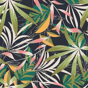 Plażowy bezszwowy wzór z kolorowymi tropikalnymi liśćmi i roślinami na delikatnym tle