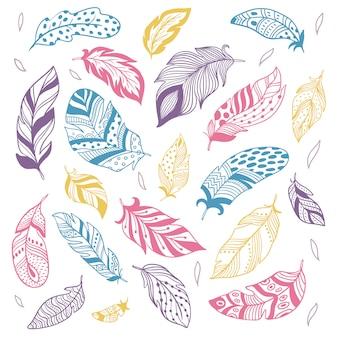 Plemienne pióra. pióro etniczne sylwetka, wtapianie ptaków i ręcznie rysowane pióro na białym tle zestaw
