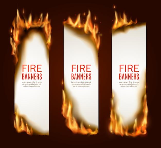Płonące papierowe pionowe banery, strony z realistycznym ogniem, iskrami i żarem. puste pionowe karty konflagrantowe, szablony reklamowe, płonące ramki. zestaw płonących arkuszy papieru