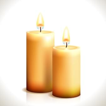Płonące świece na białym tle