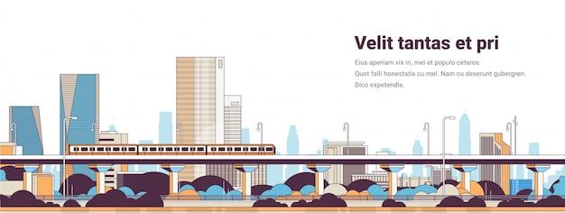 Pociąg metra nad nowoczesną panoramą miasta wysokie wieżowce gród