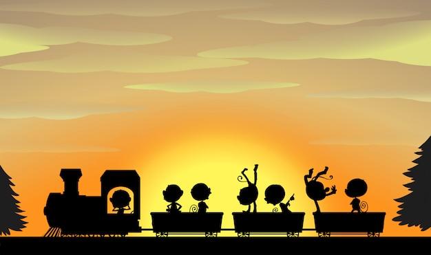 Pociąg sylwetka o zachodzie słońca