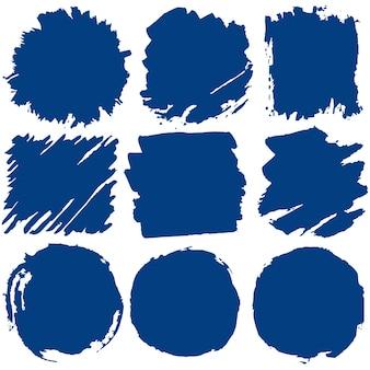 Pociągnięcia pędzlem tuszem, zestaw niebieskich plam farby. ręcznie robione zmaza kreatywny abstrakcyjny projekt. wektor