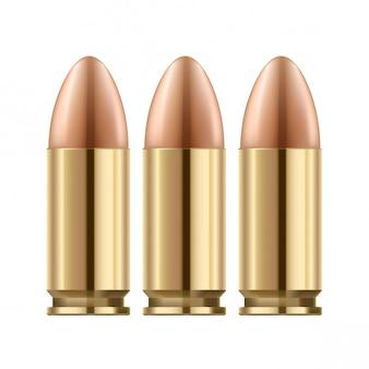 Pociski pistoletu na białym tle. złota polerowana metalowa powierzchnia.