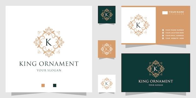 Początkowa kolekcja alfabetu z ramą w kształcie korony kwiatowej i luksusowym złotym ornamentem z logo