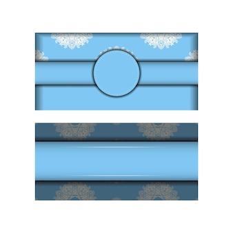 Pocztówka jest jasnoniebieska z klasycznym białym wzorem gotowym do typografii.