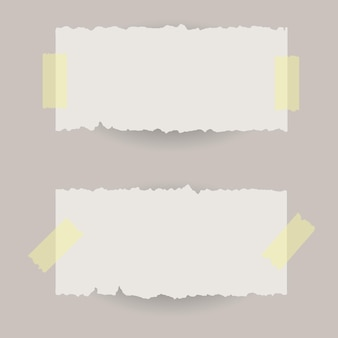 Podarte banery papierowe z taśmą klejącą.