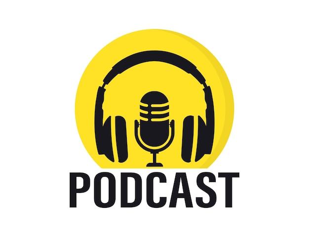 Podcast. mikrofon studyjny z nadawanym podcastem tekstowym. nagranie audio do transmisji internetowej. słuchawki i mikrofon do nagrywania radia lub studia. płaska koncepcja nadawania radia internetowego