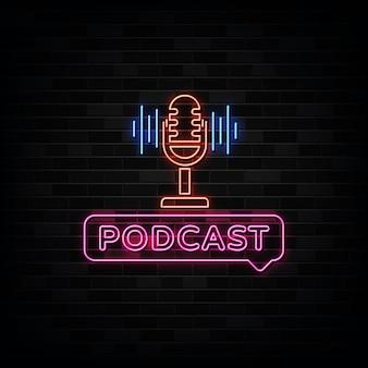 Podcast neon signs. szablon w stylu neonowym.
