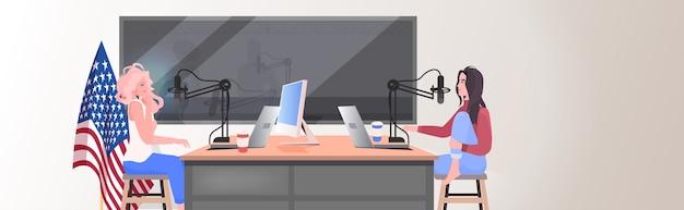 Podcasters rozmawia z mikrofonami nagrywa podcast w studio radiowym koncepcja podcastów para kobiet omawiających podczas spotkania