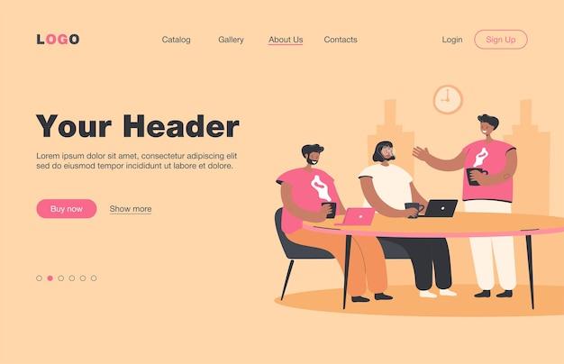 Podczas przerwy kawowej burza mózgów pracowników. pracownicy biura spotykają się przy stole z gorącymi napojami i laptopami i rozmawiają. wstęp. do pracy zespołowej, współpracy, koncepcji współpracy
