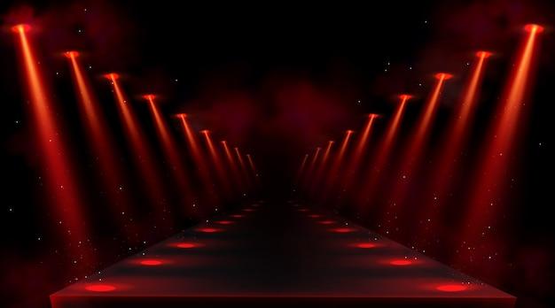 Podium oświetlone czerwonymi reflektorami. pusta platforma lub scena z belkami lamp i punktami światła na podłodze. realistyczne wnętrze ciemnej sali lub korytarza z promieniami projektora i dymem